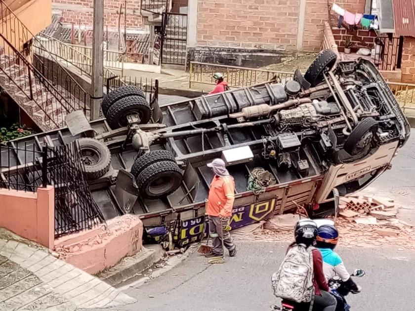 camión adobes volcado