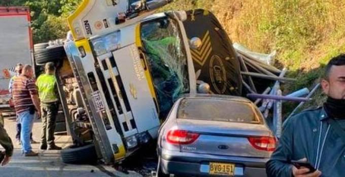 volcó camión sobre un carro